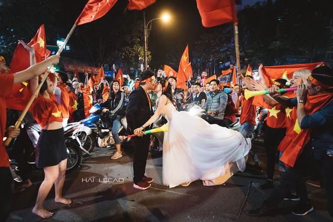 Đi bão ăn mừng U23 Việt Nam chiến thắng, cặp đôi chụp luôn ảnh cưới trên đường - Ảnh 7.