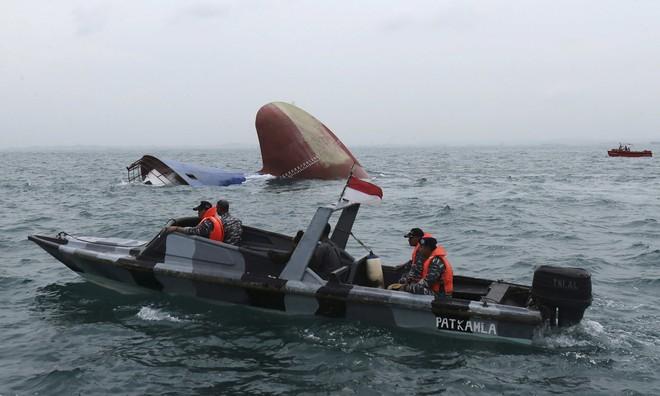 Đẩy bạn xuống biển để chiếm chỗ trên thuyền cứu hộ, gã trai không nhận ra bi kịch trên đầu - Ảnh 1.