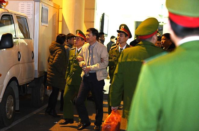 Ông Đinh La Thăng tươi cười rời toà sau ngày xét xử thứ 4 - Ảnh 2.