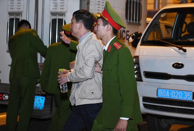 Ông Đinh La Thăng tươi cười rời toà sau ngày xét xử thứ 4 - Ảnh 3.