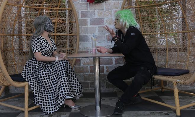 Hẹn hò kiểu kinh dị: Người không xương đội lốt quỷ tranh đấu với người mẫu - Ảnh 3.