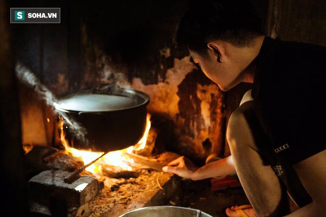 Con trai nấu bồ kết tự tay gội đầu cho mẹ, hình ảnh xúc động trong những ngày cuối năm - Ảnh 1.