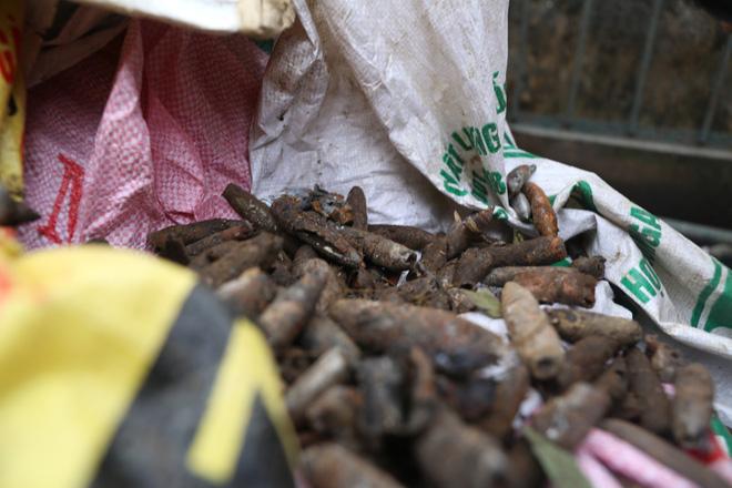 Xác minh lời khai mua đầu đạn cũ từ cán bộ Trung tâm xử lý bom mìn của chủ kho phế liệu - Ảnh 1.