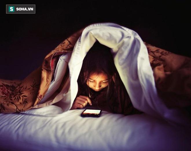 Hàng loạt nghiên cứu tại Mỹ: Dùng điện thoại trước khi ngủ có thể gây tác hại khủng khiếp - Ảnh 1.