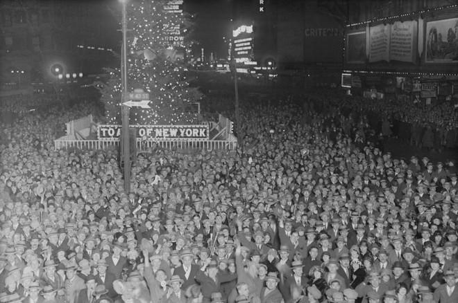 [Ảnh] Những khoảnh khắc ấn tượng trong gần 100 năm đón năm mới trên Quảng trường Thời đại - Ảnh 1.