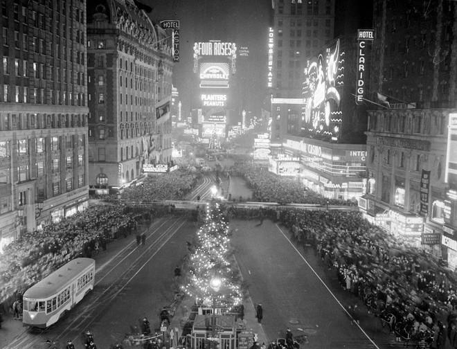 [Ảnh] Những khoảnh khắc ấn tượng trong gần 100 năm đón năm mới trên Quảng trường Thời đại - Ảnh 2.