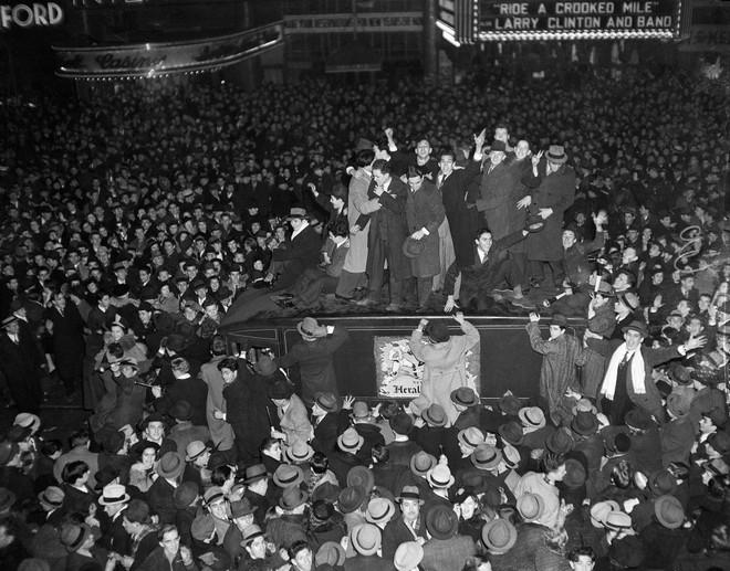 [Ảnh] Những khoảnh khắc ấn tượng trong gần 100 năm đón năm mới trên Quảng trường Thời đại - Ảnh 4.