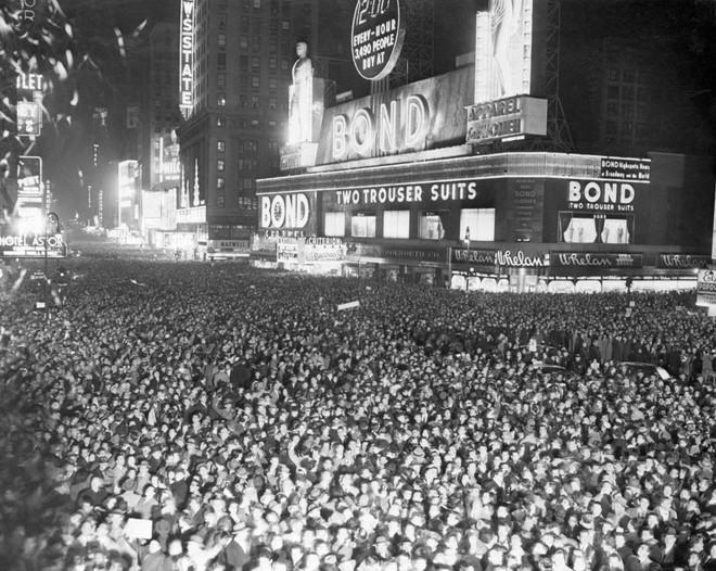 [Ảnh] Những khoảnh khắc ấn tượng trong gần 100 năm đón năm mới trên Quảng trường Thời đại - Ảnh 6.