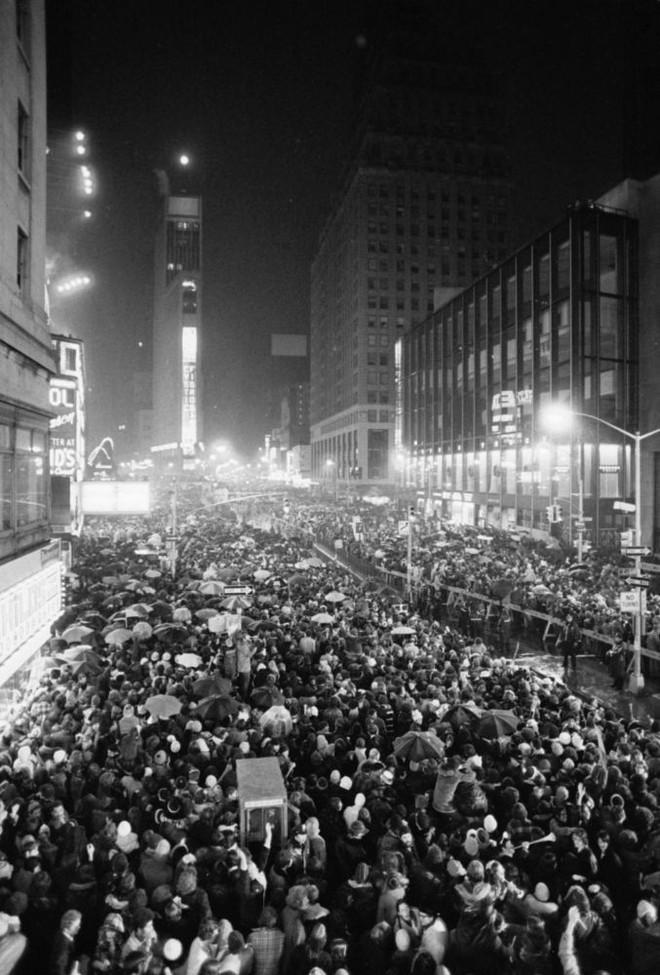 [Ảnh] Những khoảnh khắc ấn tượng trong gần 100 năm đón năm mới trên Quảng trường Thời đại - Ảnh 7.
