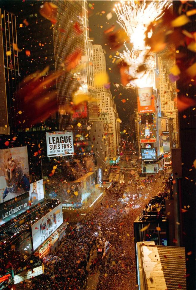 [Ảnh] Những khoảnh khắc ấn tượng trong gần 100 năm đón năm mới trên Quảng trường Thời đại - Ảnh 13.