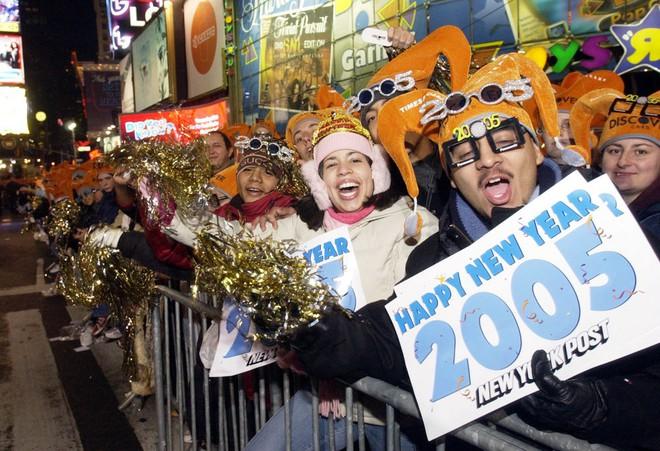 [Ảnh] Những khoảnh khắc ấn tượng trong gần 100 năm đón năm mới trên Quảng trường Thời đại - Ảnh 20.