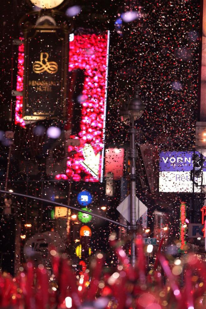 [Ảnh] Những khoảnh khắc ấn tượng trong gần 100 năm đón năm mới trên Quảng trường Thời đại - Ảnh 21.