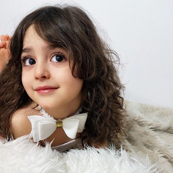 Thiên thần nhỏ người Iran khiến cư dân mạng Trung Quốc sửng sốt vì giống mỹ nữ Tân Cương Địch Lệ Nhiệt Ba - Ảnh 2.