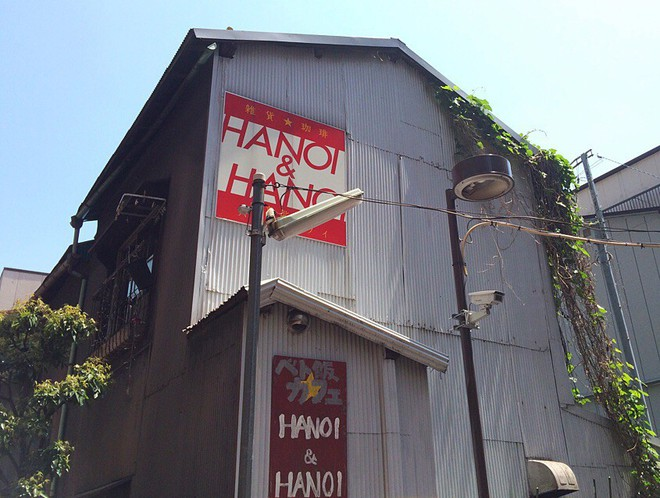 Nhà hàng Việt cực chất giữa thủ đô Tokyo: Mang cả xích lô, xe đẩy bánh mì, cốc thủy tinh từ Việt Nam sang! - Ảnh 1.