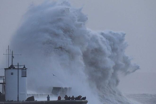 Trái đất khốn đốn vì 2 thái cực đối lập: Bão tuyết tấn công Mỹ, TQ, nắng nóng thiêu đốt Úc - Ảnh 7.