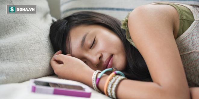 Hàng loạt nghiên cứu tại Mỹ: Dùng điện thoại trước khi ngủ có thể gây tác hại khủng khiếp - Ảnh 2.