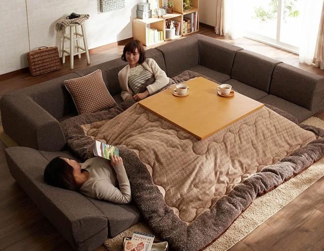 Bàn sưởi Kotatsu - phát minh tuyệt vời nhất của người Nhật - Ảnh 1.
