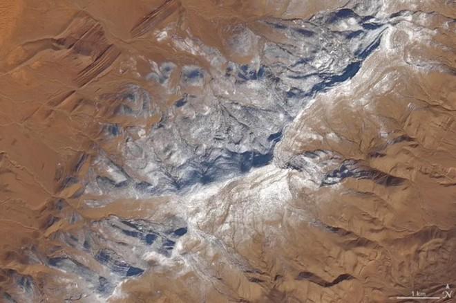 Lý giải hiện tượng tuyết rơi trắng xóa tại... sa mạc Sahara - Ảnh 1.