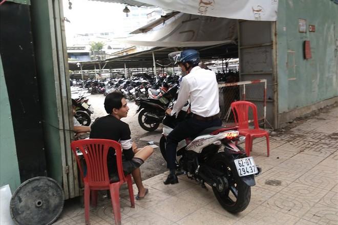 Loạn giá giữ xe ở trung tâm Sài Gòn sau khi dẹp bãi giữ xe vỉa hè - Ảnh 1.