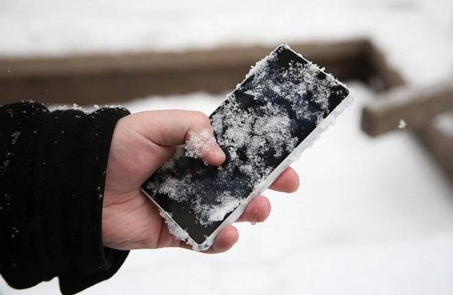 Bi kịch trời lạnh: Pin điện thoại sụt nhanh đến thảm họa. Tại sao vậy? - Ảnh 1.