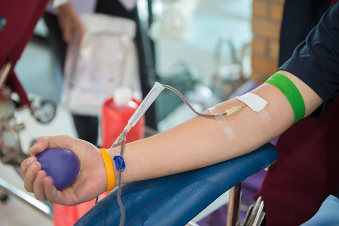 Vì sao máu hiến tình nguyện nhưng người bệnh vẫn mất tiền mua máu? - Ảnh 1.