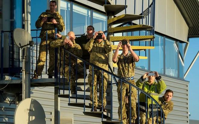 """Chùm ảnh chuyến bay """"giã từ binh nghiệp"""" của trực thăng Lynx ở Anh - Ảnh 7."""