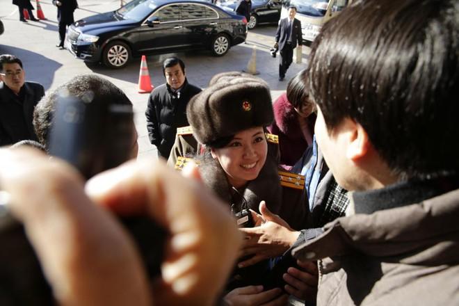 Vì sao người đẹp quyền lực của Triều Tiên không mặc quân phục khi đi tiền trạm tới Hàn Quốc? - Ảnh 2.