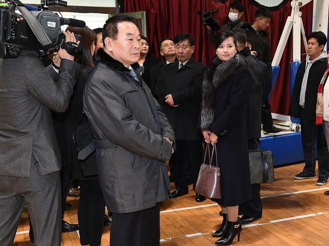 Vì sao người đẹp quyền lực của Triều Tiên không mặc quân phục khi đi tiền trạm tới Hàn Quốc? - Ảnh 1.