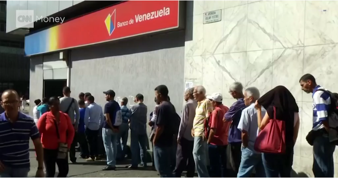 Khủng hoảng Venezuela: Đi 3 ngân hàng không rút nổi 2.000 đồng - Ảnh 2.