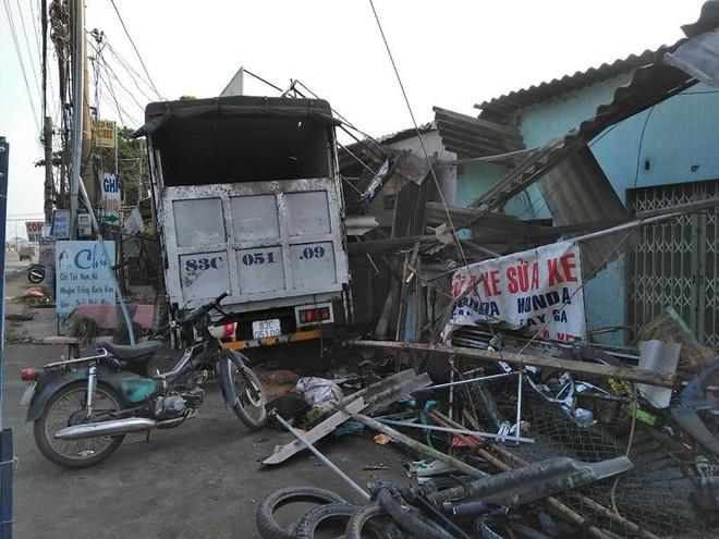 Xe tải ủi sập nhiều hiên nhà bên đường - Ảnh 1.