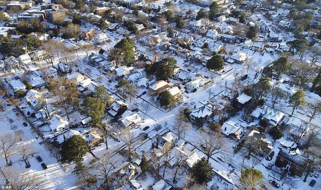 Một cơn bão tuyết kinh hoàng đi qua để lại nhiều vùng nước Mỹ chìm trong tuyết trắng, tinh khôi và lạnh lẽo - Ảnh 11.