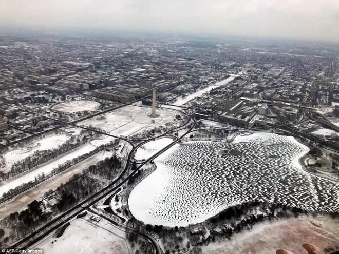 Một cơn bão tuyết kinh hoàng đi qua để lại nhiều vùng nước Mỹ chìm trong tuyết trắng, tinh khôi và lạnh lẽo - Ảnh 12.