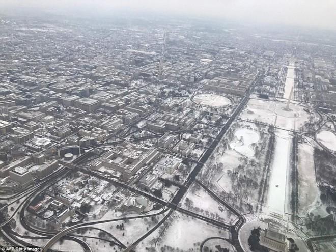 Một cơn bão tuyết kinh hoàng đi qua để lại nhiều vùng nước Mỹ chìm trong tuyết trắng, tinh khôi và lạnh lẽo - Ảnh 13.