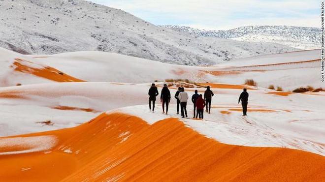 Lý giải hiện tượng tuyết rơi trắng xóa tại... sa mạc Sahara - Ảnh 12.