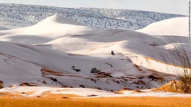 Lý giải hiện tượng tuyết rơi trắng xóa tại... sa mạc Sahara - Ảnh 13.