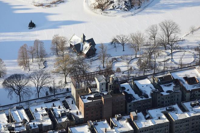 Một cơn bão tuyết kinh hoàng đi qua để lại nhiều vùng nước Mỹ chìm trong tuyết trắng, tinh khôi và lạnh lẽo - Ảnh 3.