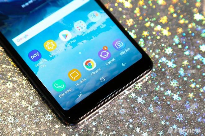 Mở hộp và trên tay Samsung Galaxy A8+ (2018): Mở khóa khuôn mặt, selfie xóa phông - Ảnh 2.