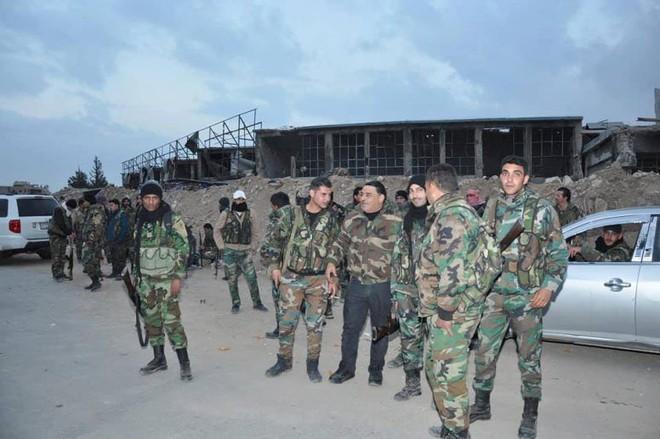 Căn cứ thiết giáp QĐ Syria bị bao vây nghẹt thở: Binh sĩ chính phủ cuống cuồng hội quân - Ảnh 4.