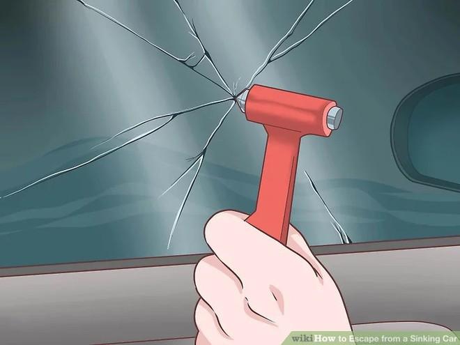 Nếu vô tình cầu sập, ô tô rơi xuống nước thì phải xử lý như thế nào mới an toàn? - Ảnh 4.
