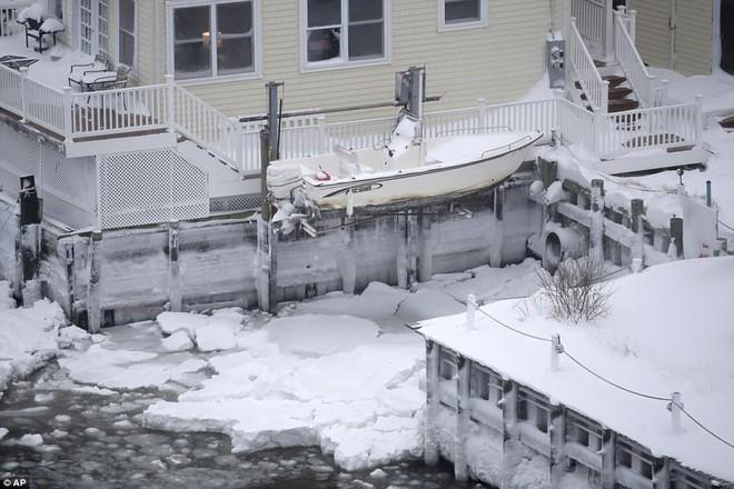 Một cơn bão tuyết kinh hoàng đi qua để lại nhiều vùng nước Mỹ chìm trong tuyết trắng, tinh khôi và lạnh lẽo - Ảnh 5.