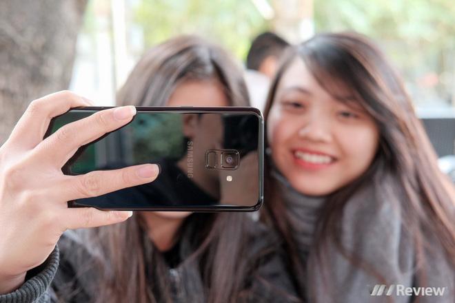 Mở hộp và trên tay Samsung Galaxy A8+ (2018): Mở khóa khuôn mặt, selfie xóa phông - Ảnh 4.