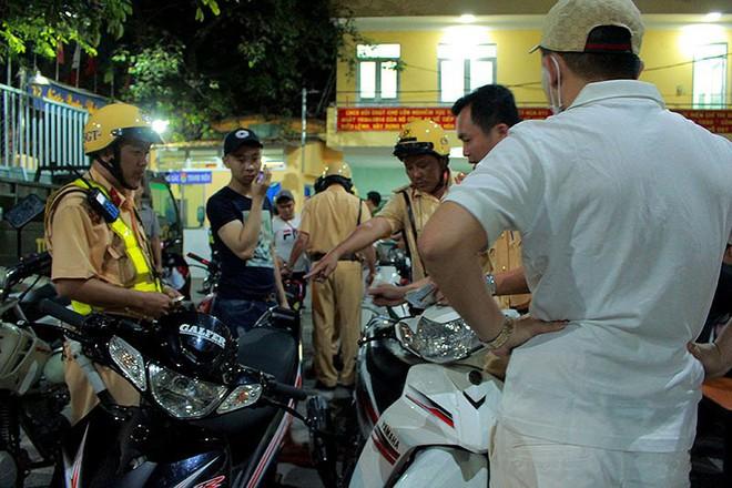 Cảnh sát TP.HCM xử lý nhiều thanh niên cổ vũ quá khích - Ảnh 5.