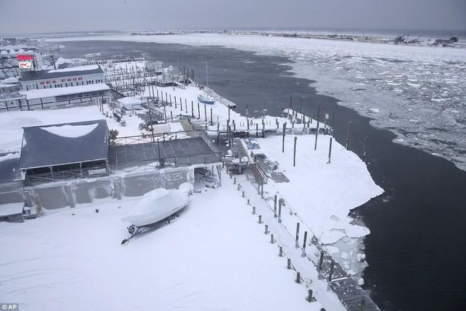 Một cơn bão tuyết kinh hoàng đi qua để lại nhiều vùng nước Mỹ chìm trong tuyết trắng, tinh khôi và lạnh lẽo - Ảnh 6.