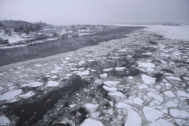 Một cơn bão tuyết kinh hoàng đi qua để lại nhiều vùng nước Mỹ chìm trong tuyết trắng, tinh khôi và lạnh lẽo - Ảnh 7.