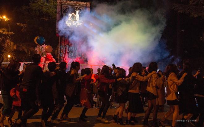 """Dân mạng """"ghen tị"""" với countdown đón năm mới hoành tráng của người Ecopark - Ảnh 8."""