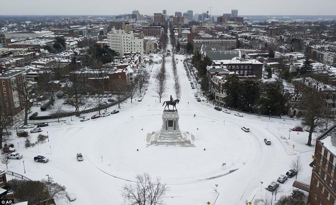 Một cơn bão tuyết kinh hoàng đi qua để lại nhiều vùng nước Mỹ chìm trong tuyết trắng, tinh khôi và lạnh lẽo - Ảnh 8.