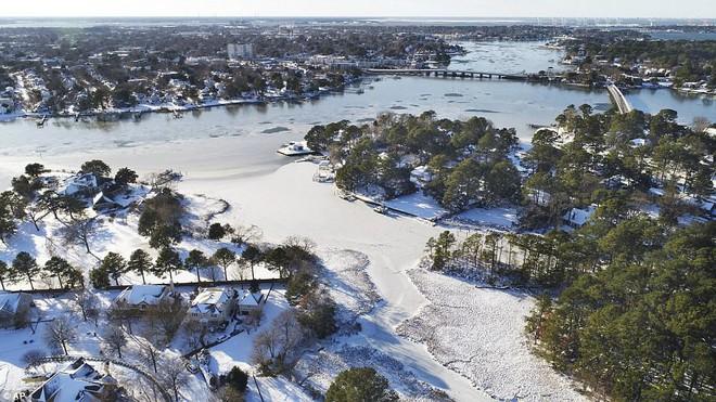 Một cơn bão tuyết kinh hoàng đi qua để lại nhiều vùng nước Mỹ chìm trong tuyết trắng, tinh khôi và lạnh lẽo - Ảnh 9.