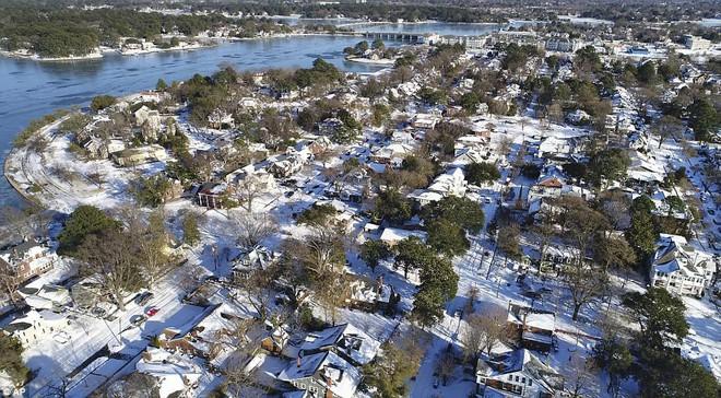 Một cơn bão tuyết kinh hoàng đi qua để lại nhiều vùng nước Mỹ chìm trong tuyết trắng, tinh khôi và lạnh lẽo - Ảnh 10.