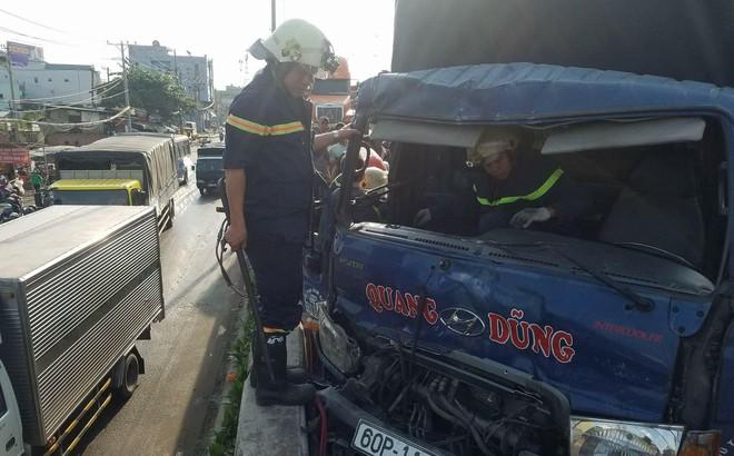 Cảnh sát dùng xà beng giải cứu phụ xe 15 tuổi kẹt cứng trong cabin sau tai nạn liên hoàn