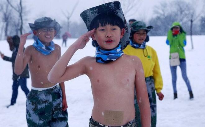 Khóa huấn luyện khắc nghiệt: Cho trẻ em cởi trần, dội nước lạnh lên người giữa trời tuyết